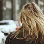Comment faire briller des cheveux colorés ?