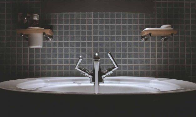 Comment déboucher un évier sans produit toxique