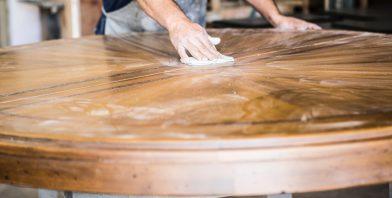 Comment nettoyer des taches d'eau sur du bois ?